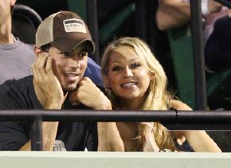 Iglesias y Kournikova asistieron a un partido de tenis en Key Biscayne, Florida, en donde no pararon de reír, charlar y darse besos.