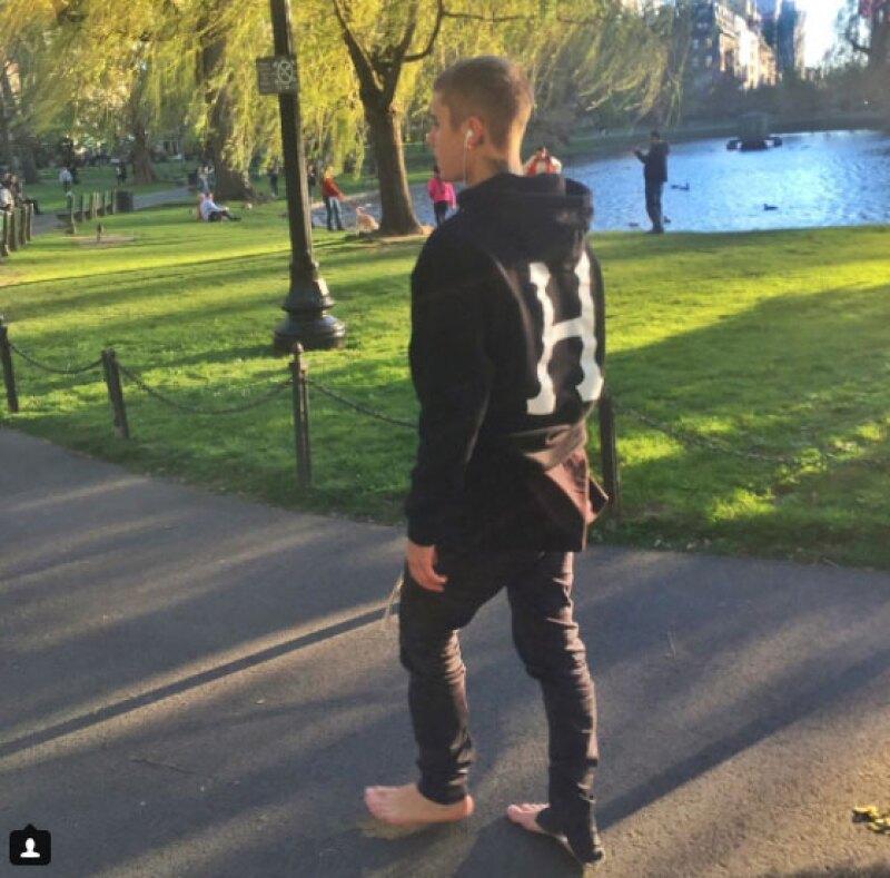 El cantante llamó aún más la atención de varios seguidores, pues se dejó ver sin zapatos y hasta alimentó a una ardilla en un parque de esa ciudad.