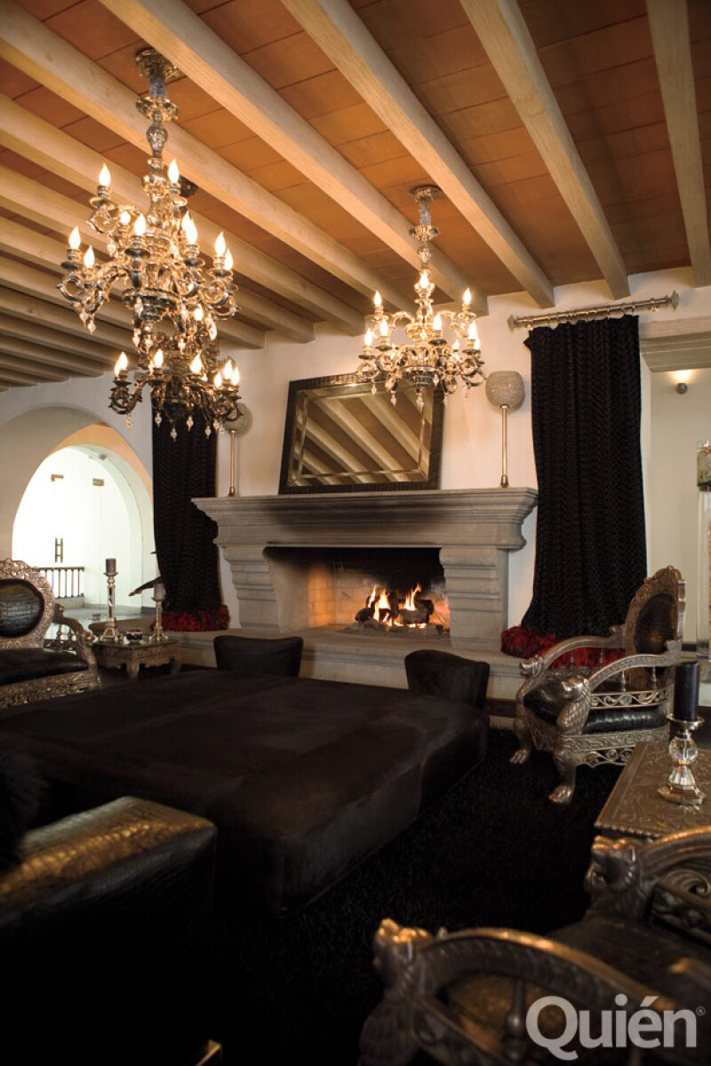 UN POCO DARK. La sala principal de la casa tiene muebles antiguos y lámparas italianas.