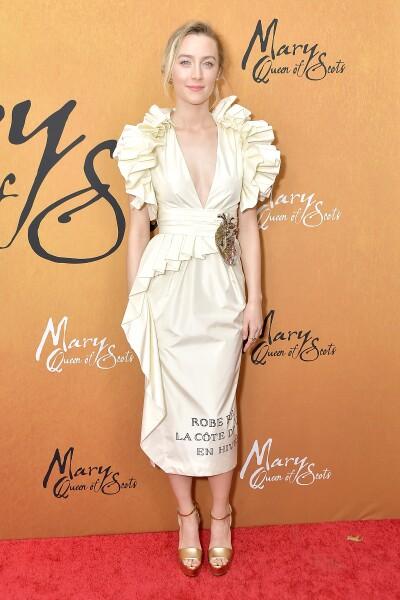 Saoirse Ronan en un vestido con volantes de Gucci durante la premiere Mary Queen of Scots
