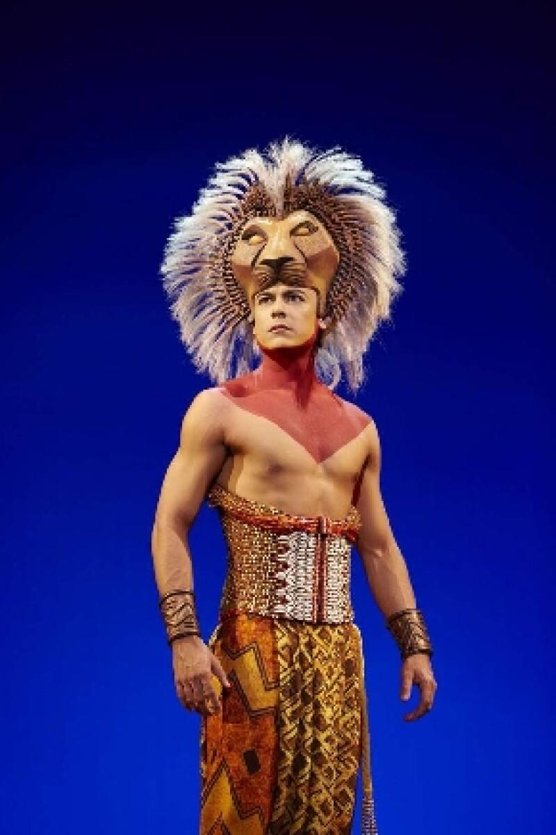 Después de realizar una exitosa temporada en España, el cantante finalmente se confirma para realizar el papel de Simba en el musical que estrenará en el Teatro Telcel en mayo de 2015.