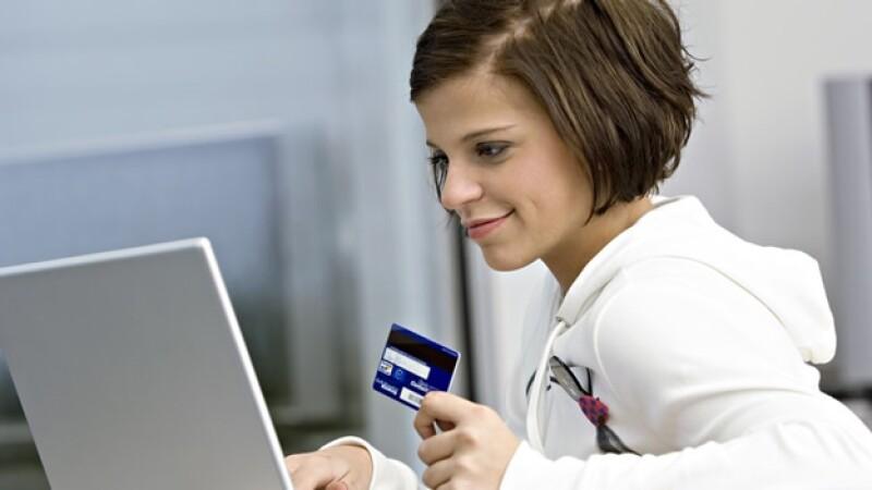 mujer dinero credito