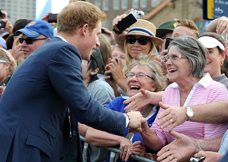 El Príncipe se mostró muy amable y bromista con la multitud que se acercaba a saludarlo.