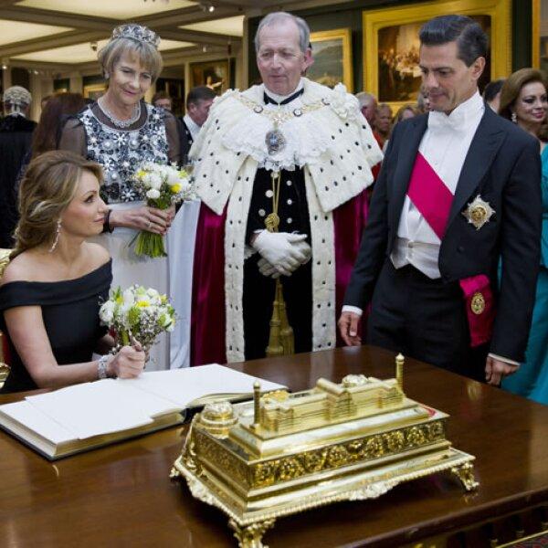 Angélica Rivera firma el libro de visitantes en el edificio principal del palacio, también conocido como Guildhall.
