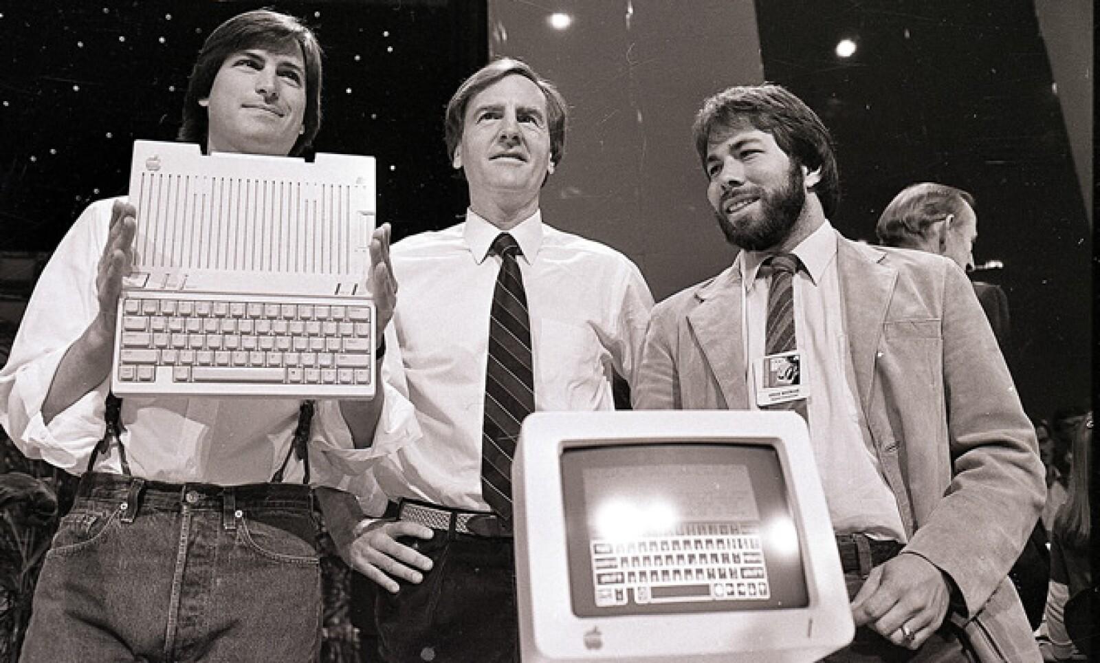 Los dos 'Steve' diseñaron Macintosh, la primera computadora personal que usaba un 'mouse'.  Jobs la presentó al mundo en un comercial durante el Súper Tazón de 1984.