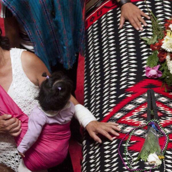"""""""Vino a México a morir aquí porque le dio la gana y lo logró"""", dijo María Cortina, su biógrafa y amiga. Una mujer llora en su féretro."""