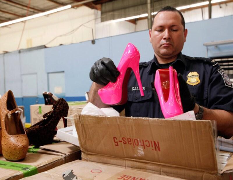El gobierno estadounidense encontró más de 20 mil pares de zapatos los cuales eran copia de los famosos Christian Louboutin, éstos fueron decomisados.