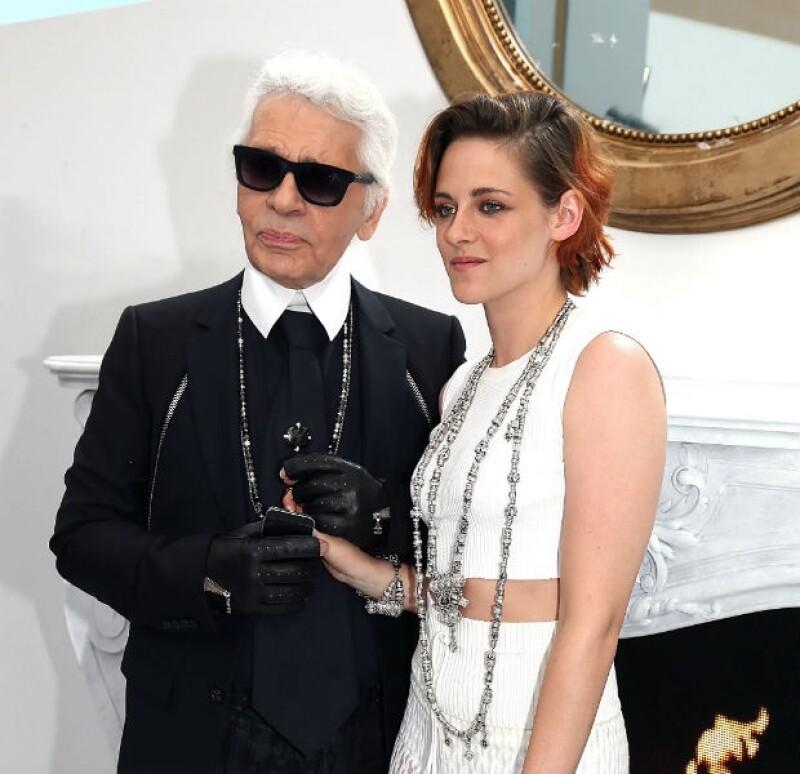 La actriz sorprendió con su vestuario durante el Paris Fashion Week, pero lo que más llamó la atención fue su pelo, ahora corto y de color naranja.