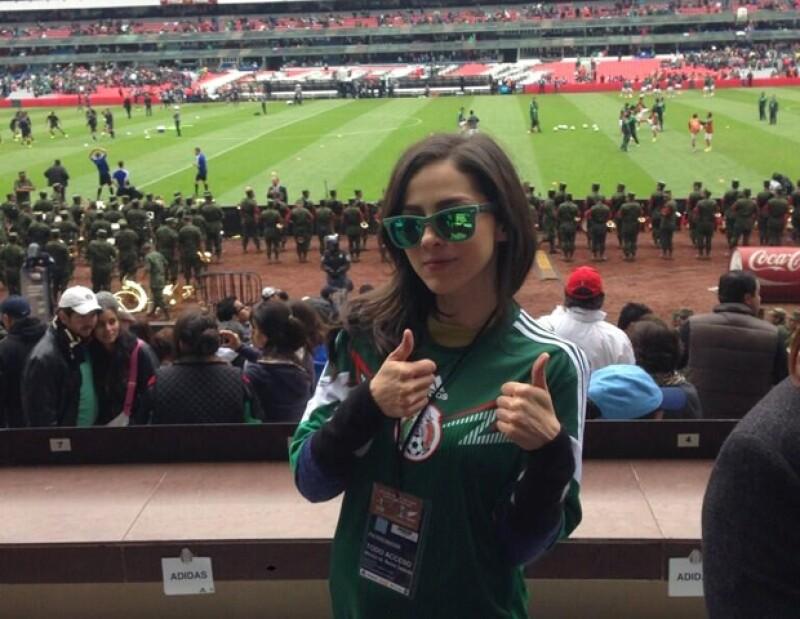 Con un 'Vamos México', Paty Cantú disfrutó el partido desde el Estadio Azteca.