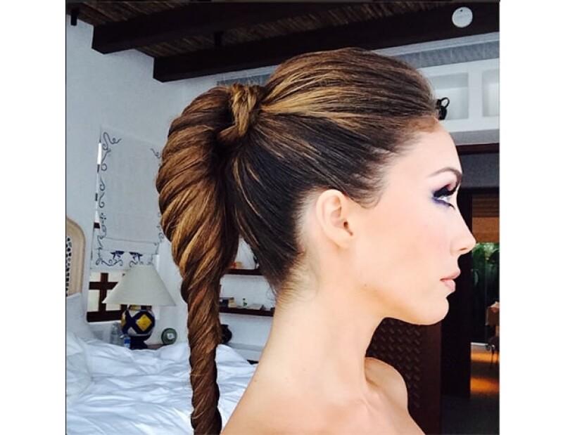 El peinado que eligió fue totalmente adecuado para la ocasión y diseño que llevó la actriz. La `fish tail´, le permitió lucir su maquillaje y escote de manera ideal.