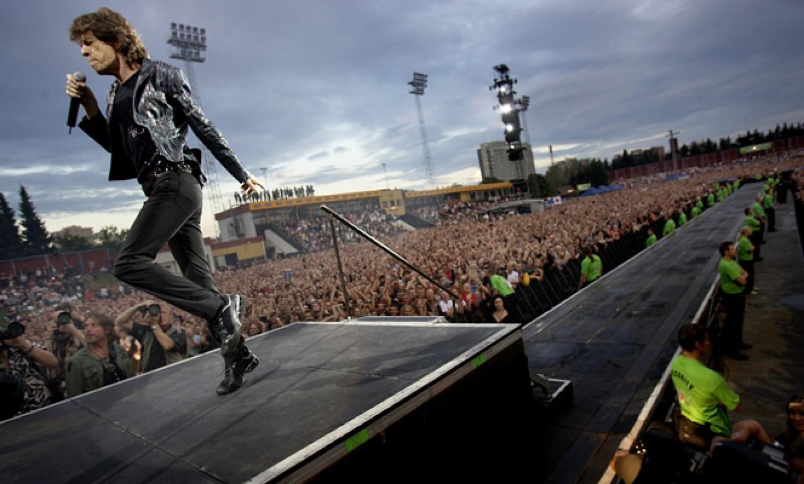 En el escenario Mick Jagger enloquece, baila, canta y derrocha energía. Alterna sesiones de gimnasio con clases de baile.