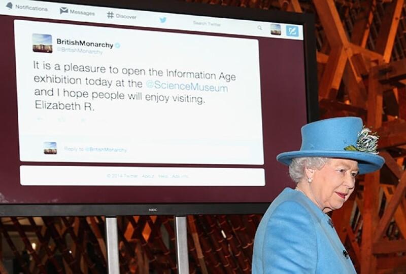 La soberana de 88 años ha tuiteado hoy por primera vez en la cuenta de la casa real sobre la inauguración de la  la exhibición Edad de la Información en el Museo de Ciencia.