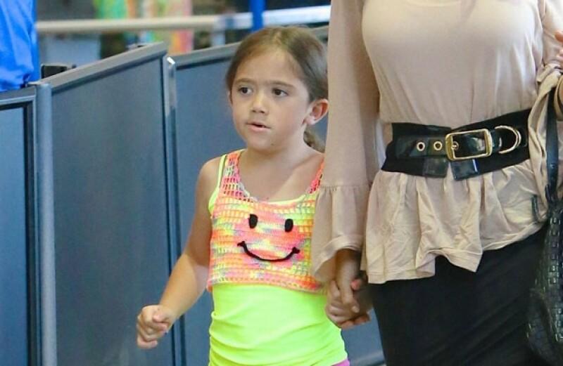 La pequeña y su mamá Salma Hayek fueron captadas en el aeropuerto de Los Ángeles donde Paloma quiso evitar ser retratada por los fotógrafos poniendo su brazo en el rostro.