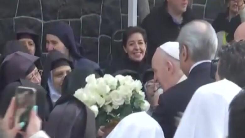 En su trayecto, el papa se detuvo para conversar con algunos creyentes que salieron a las calles a saludarlo.