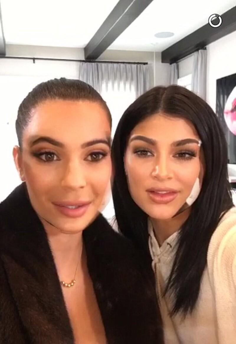 En sus últimos Snapchats, la estrella de reality mostró un par de videos con su hermana mayor, en el que intercambian caras, mostrando así su increíble parecido.