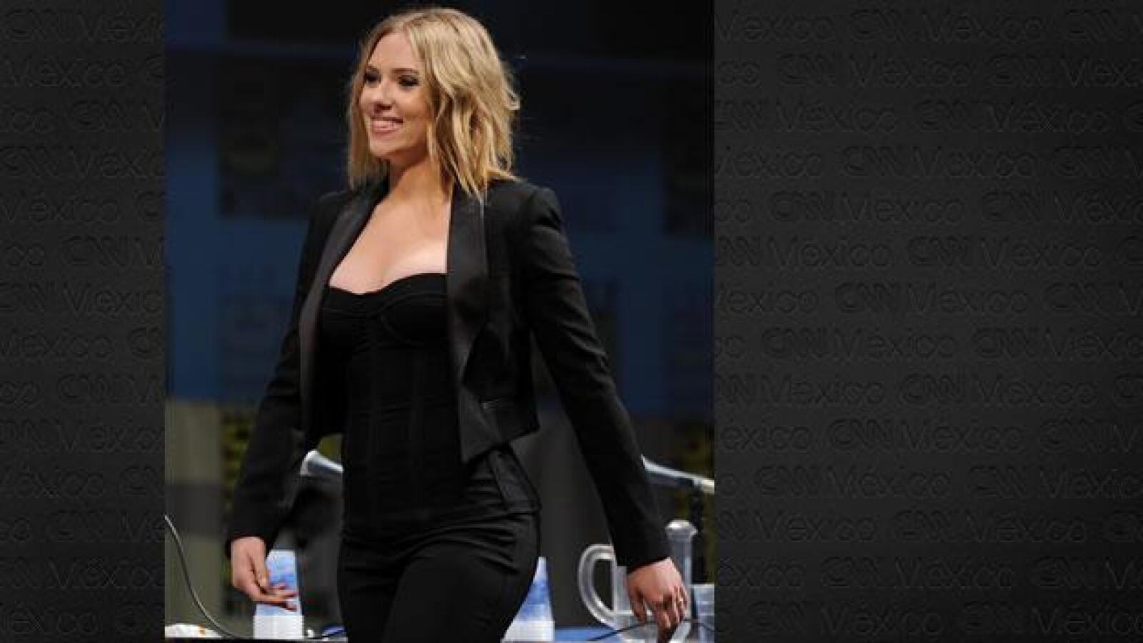 Scarlett Johansson camina por los pasillos de Marvel