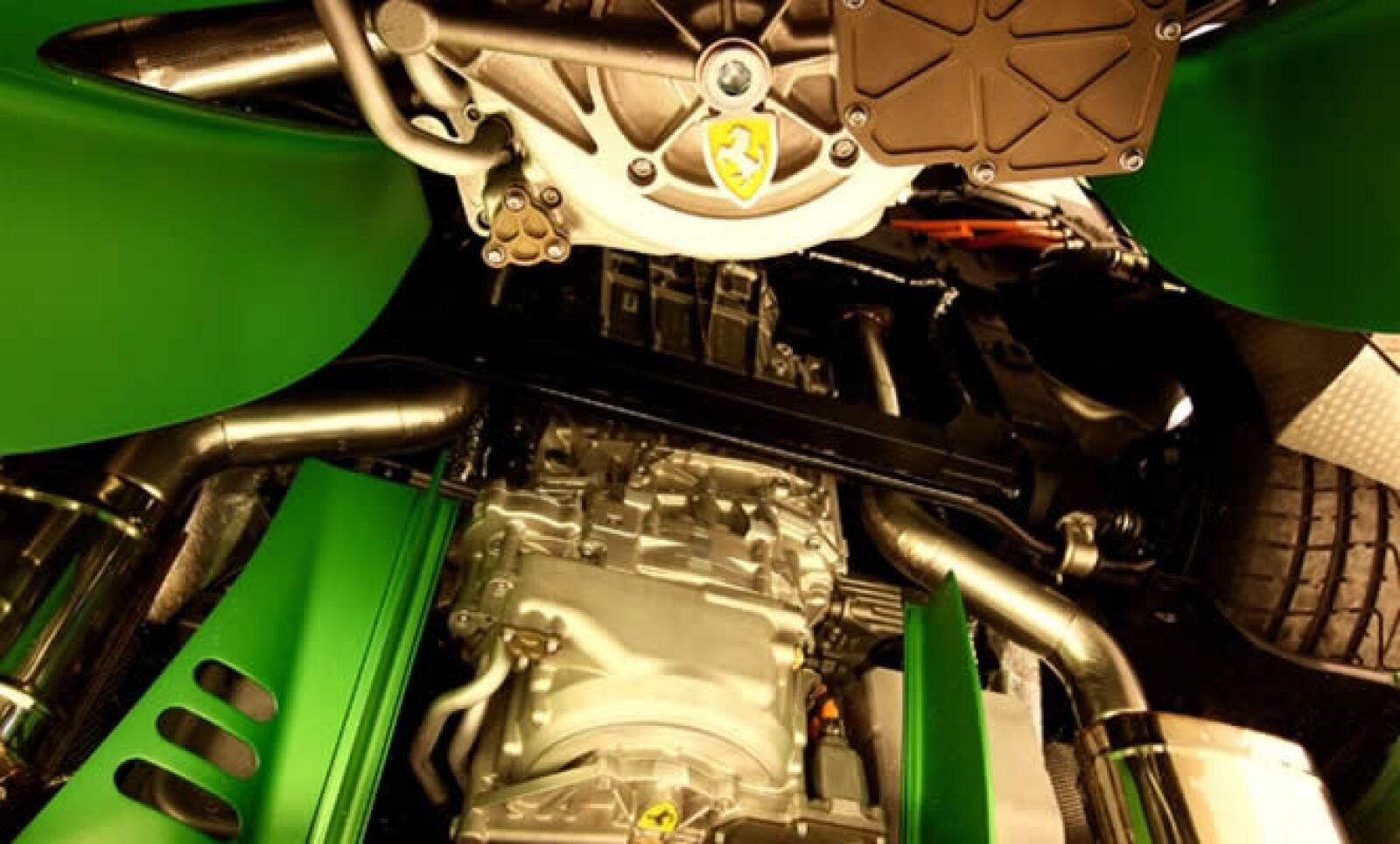 El motor cuenta con un enfriamiento único y sistema de lubricación para la máxima eficiencia en todas las temperaturas de funcionamiento y las cargas.