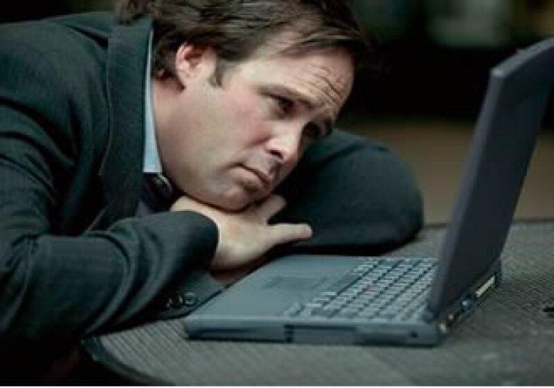 Los trabajadores desahogan su estrés laboral chateando o visitando páginas o redes sociales en Internet. (Foto: Jupiter Images)