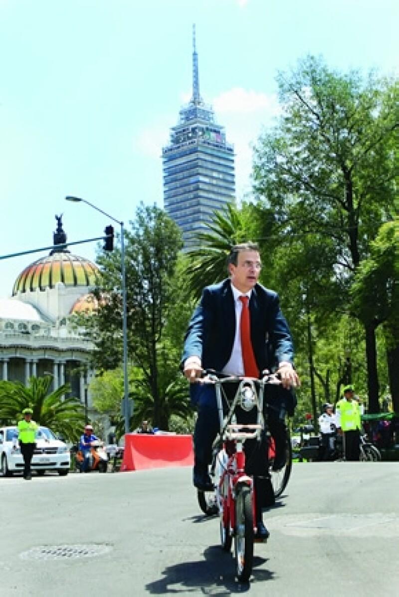 Ebrard paseando en bici por la Ciudad de México.
