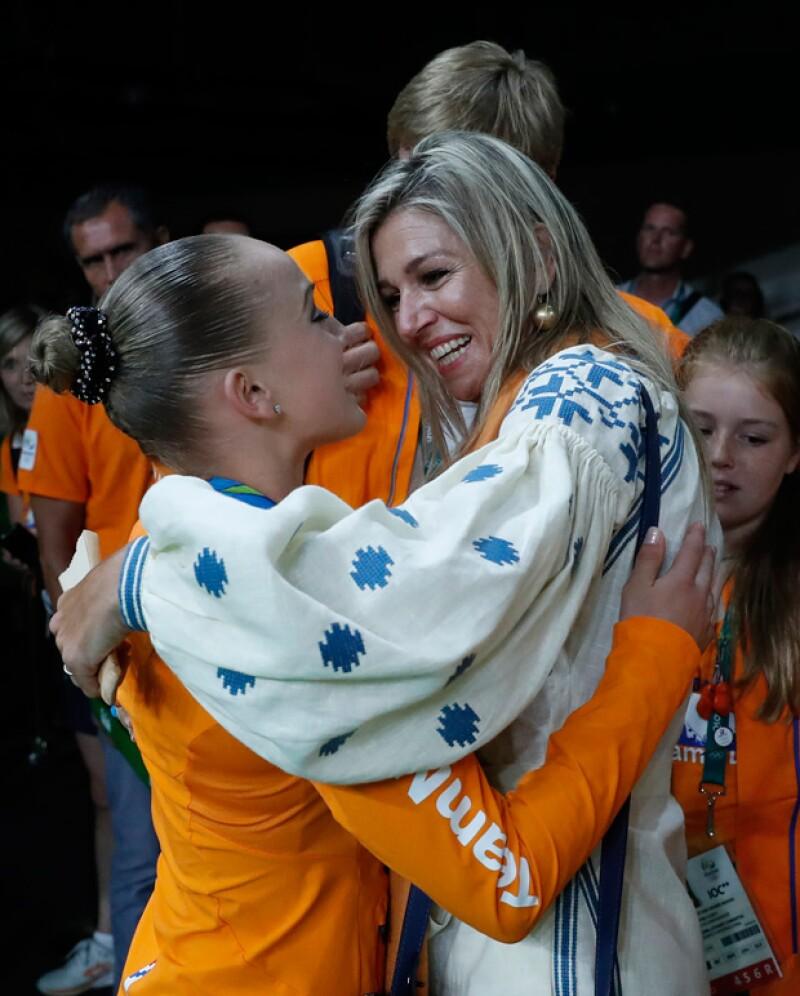 Máxima felicitando a la gimnasta Sanne Wevers.