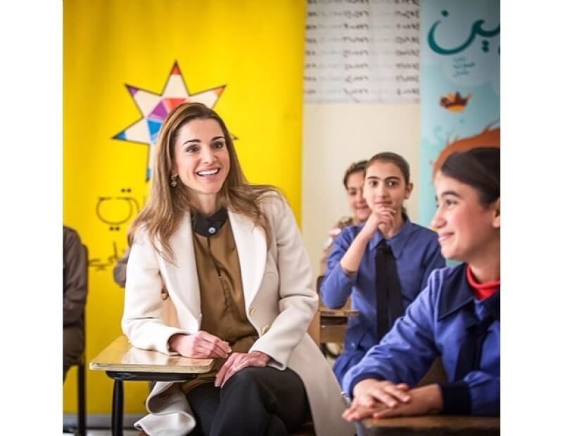 A la Reina Rania le gusta visitar escuelas de niñas.