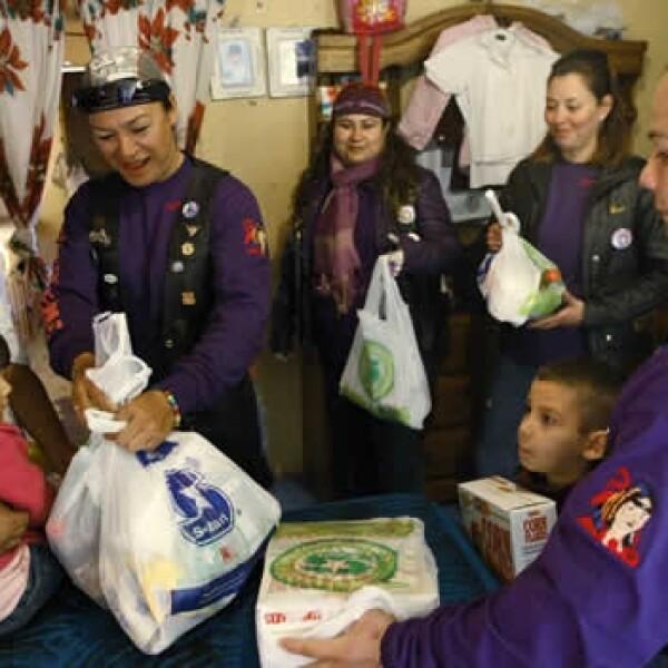 Las Guerreras entregan alimentos a anciana