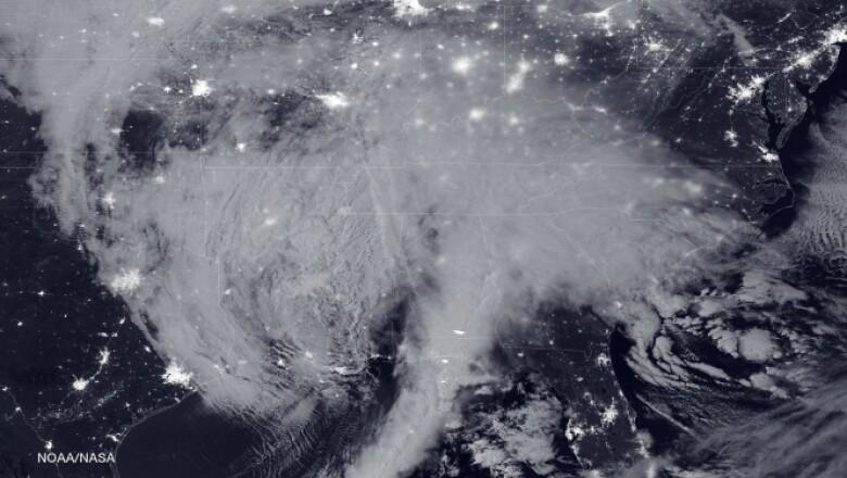 La tormenta que golpea la Costa Este puede ser observada en esta imagen de satélite tomada en la madrugada del 22 de enero.