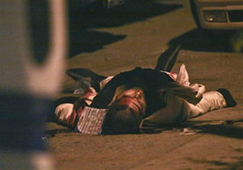 La Procuraduría de Justicia de Jalisco dijo que la agresión fue directa: lo esperaban dos sicarios que abrieron fuego en cuanto lo vieron salir y que huyeron en una motocicleta. (Foto: AP)