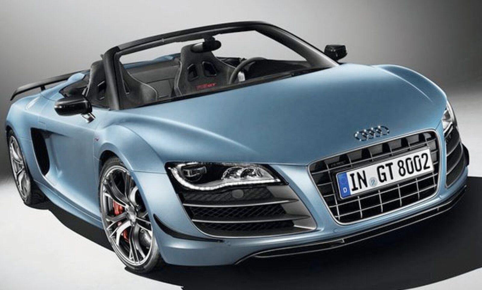 Tiene un motor V10 FSI con 560 caballos de fuerza y alcanza una velocidad máxima de 317 Km/h. Cabe destacar que acelera de 0 a 100 Km/h en sólo 3.8 segundos.