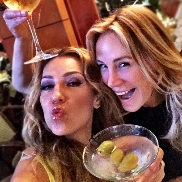 Si se trata de algo más fuerte, un rico dirty martini es lo mejor para compartir.