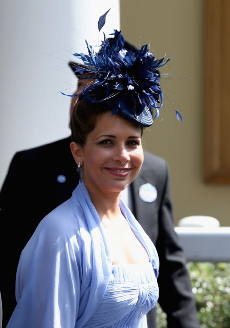 La princesa Haya bint Al Hussein, coordinó a la perfección su vestido con un llamativo sombrero de plumas, que en realidad fue de los más discretos del día.