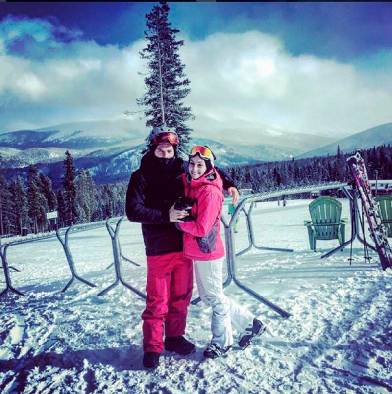 La pareja está viviendo sus primeros días como marido y mujer en un hermoso lugar de montañas y nieve.