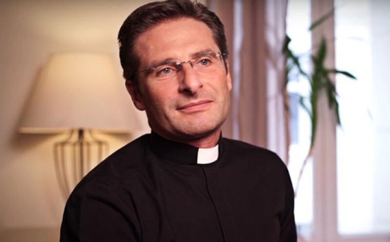 Krzysztof Olaf Charamsa anunció su homosexualidad e inlcuso informó que tiene pareja, por si fuera poco dedicó su acto para `tantos sacerdotes homosexuales que no tienen la fuerza de hacerlo´.