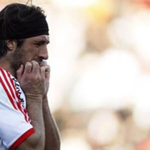 Mariano Pavone se lamenta tras fallar un disparo durante el partido de este domingo que llevó al club a la segunda división. (Foto: Reuters)