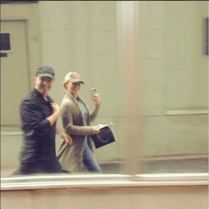 Thalía y Tommy burlando el tráfico neoyorquino.