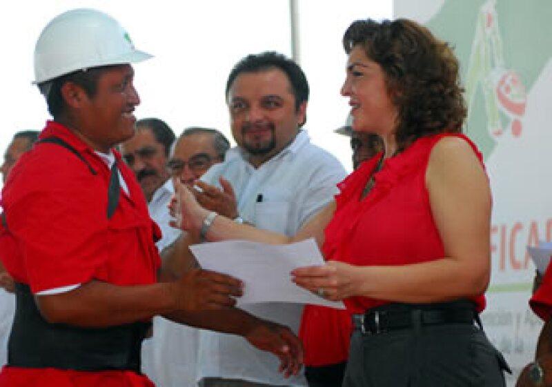 Ivonne Ortega Pacheco, con un trabajador de la construcción. (Foto: Cortesía Gobierno de Yucatán)