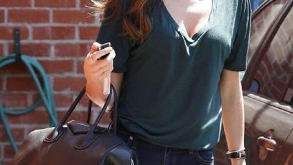 Si alguien sabe cómo vestir para el día a día, ésa es Miranda Kerr. Una t-shirt de color, skinny jeans y flats y está lista para salir.