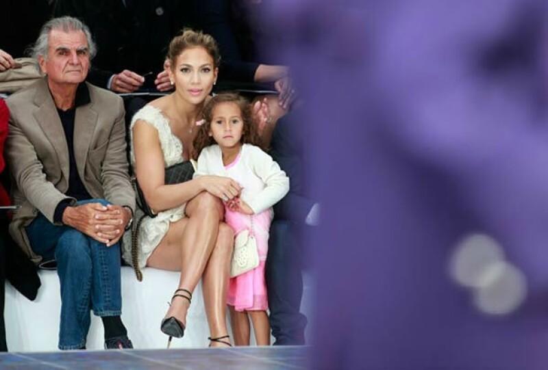 Jennifer Lopez y Emme en primera fila del desfile.