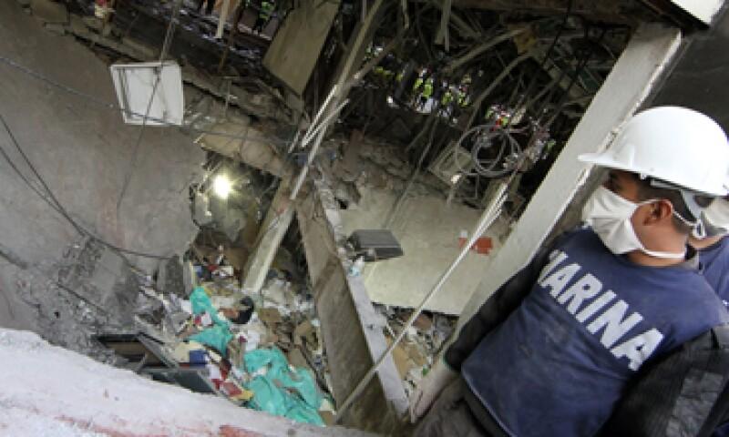 Dependiendo de los resultados, la STPS podría determinar sanciones por la explosión en la Torre de Pemex. (Foto: Notimex)