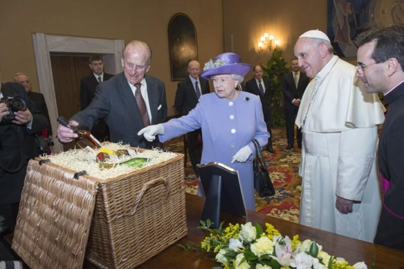 Hoy el líder de la iglesia católica se reunió con la reina Isabel II, donde intercambiaron regalos, entre ellos, una esfera que será para el hijo de los Duques de Cambridge.