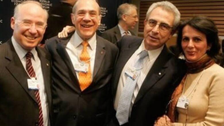 El ex secretario de Hacienda de México, José Ángel Gurría, y el ex Presidente Ernesto Zedillo, coincidieron en el Foro Económico Mundial esta mañana. Aquí los acompañan Jacob Frenkel, vicepresidente del American International Group (izq), e Iris Lavy (der