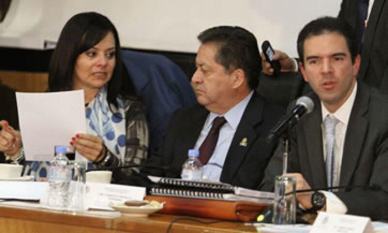 El presidente de la Comisión de Hacienda, José Isabel Trejo (al centro), explicó los cambios realizados a la propuesta que envió el Ejecutivo.  (Foto: Notimex)
