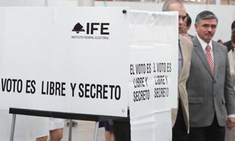 Leonardo Valdés (al fondo) explicó la imposibilidad de tener los resultados sobre la queja contra AMLO antes del 1 de julio. (Foto: Notimex)
