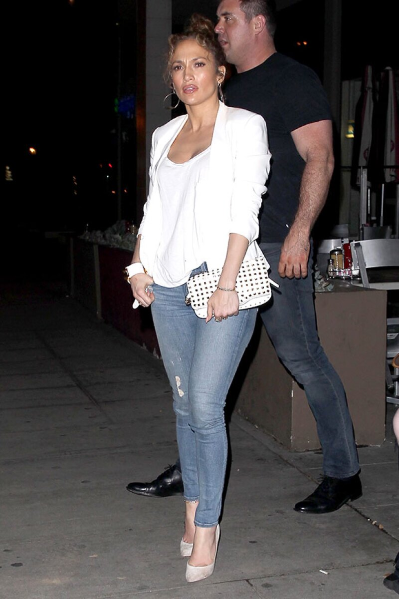 La cantante vestía de blanco con jeans y high heels.