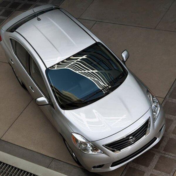 Nissan Versa cuenta con el motor de cuatro cilindros y 1.6 litros, que entrega una potencia de 106 caballos de fuerza.
