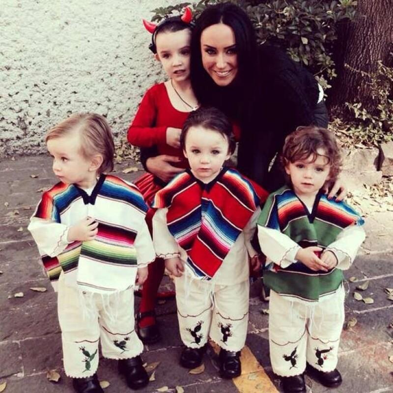 Inés Gómez Mont presumió a sus hijos vestidos de pastorcitos; Inés iba de diablita.