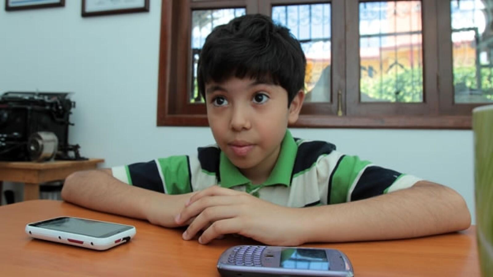 Luis Roberto Ramirez Alvarez en un escritorio con dos celulares