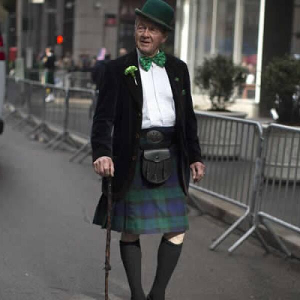 Noel Ryan viste una ropa tradicional irlandesa durante su paso por la Quinta Avenida, en Nueva York.