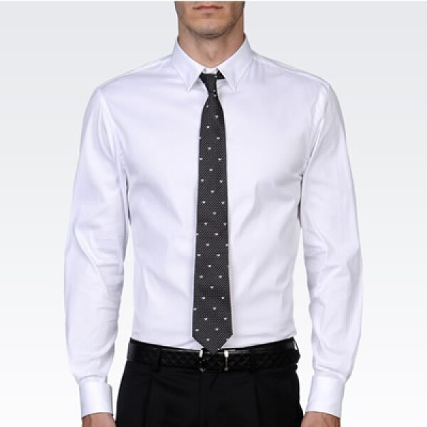 Una camisa blanca no puede faltar por ser una prenda básica y de autoridad.