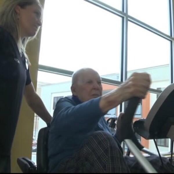 hombre de 103 años hace ejercicio